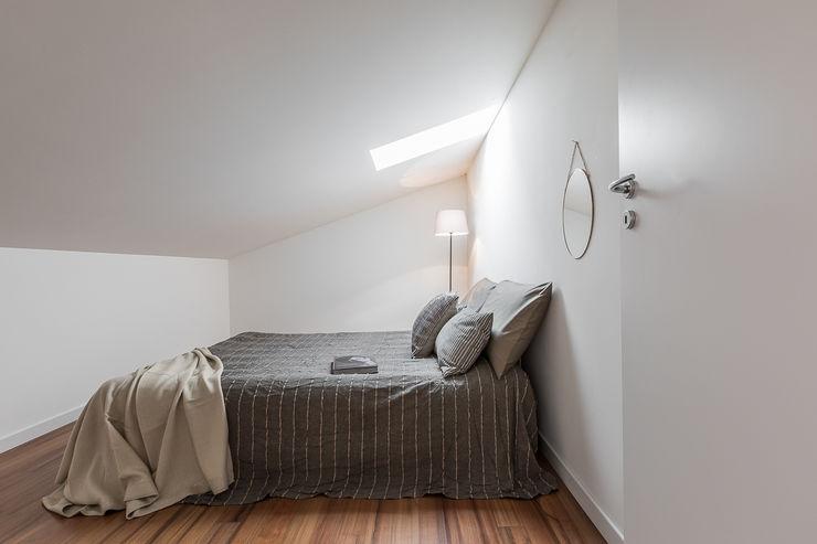 Il fascino particolare e discreto della mansarda Bologna Home Staging Camera da letto minimalista