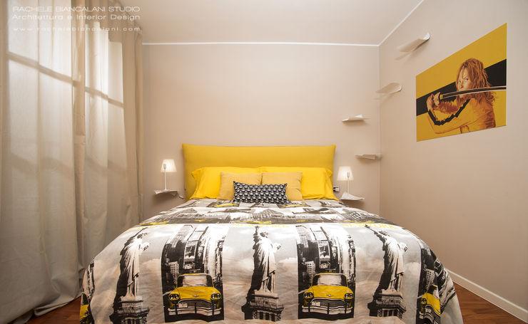 Camera da letto in giallo, bianco e nero Rachele Biancalani Studio Camera da letto moderna Legno Giallo