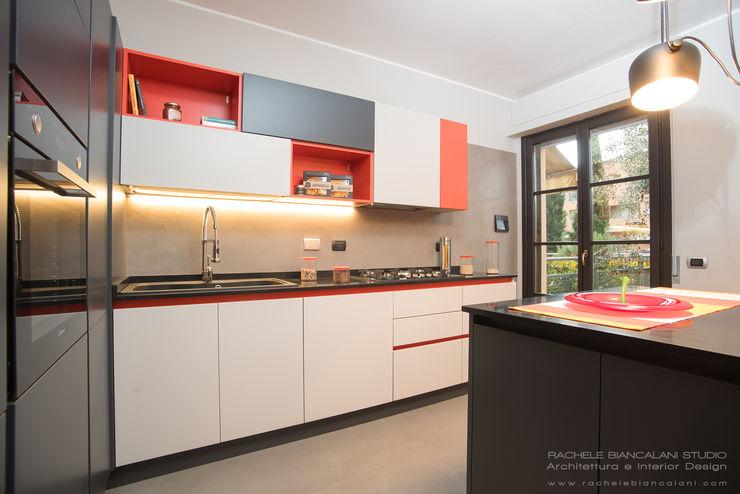 Cucina rosso pomodoro, beige, grigio e grigio antracite con piano in granito Rachele Biancalani Studio Cucina moderna Granito Arancio