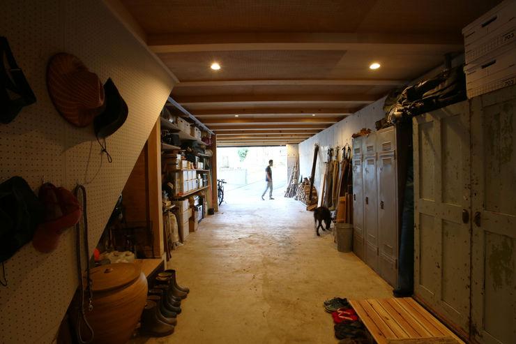 すわ製作所 Eclectic style garage/shed