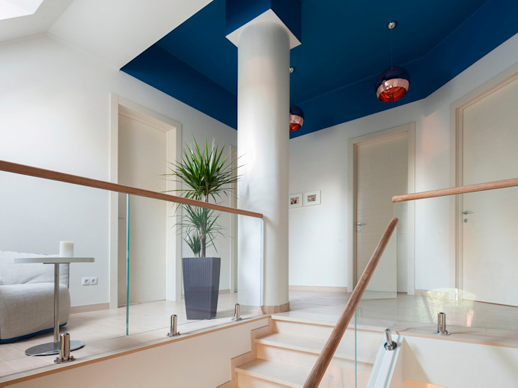 Telnova Julia Pasillos, vestíbulos y escaleras de estilo moderno Vidrio Azul