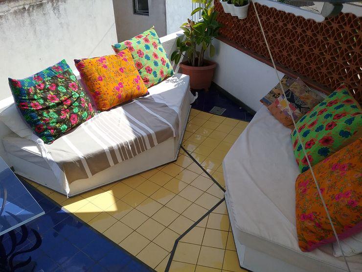 disegno della pavimentazione è integrazione con i divani in muratura studio iardino Balcone, Veranda & Terrazza in stile mediterraneo Ceramica Giallo