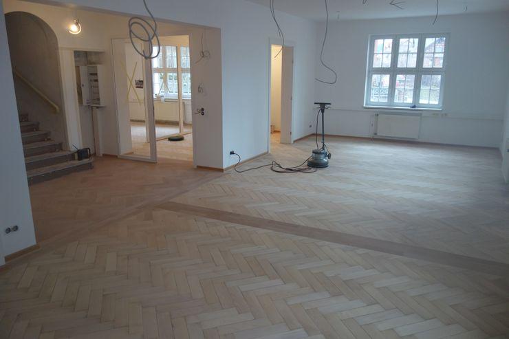 Parkett Kessel Meisterfachbetrieb Oficinas y tiendas de estilo clásico Madera Beige