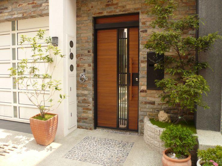 勝暉建築工程行 Cửa sổ & cửa ra vào phong cách hiện đại