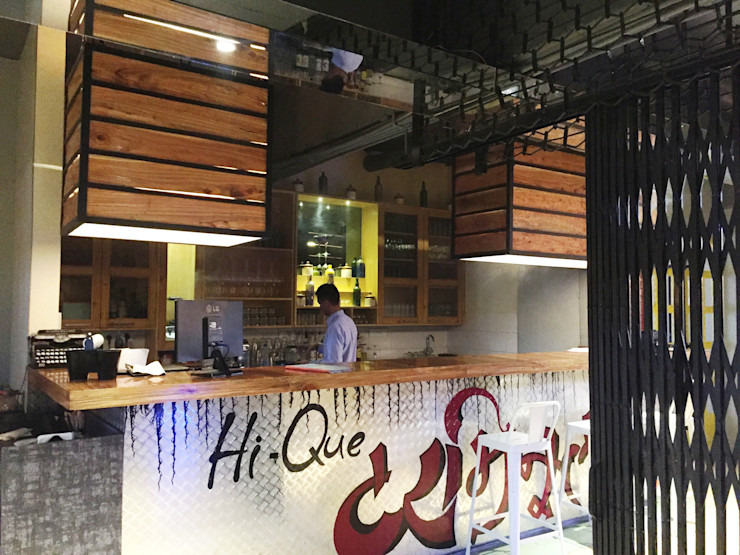 RESTO-LOUNGE : RANJIT AVENUE TULI ARCHITECTS AND ENGINEERS Bars & clubs Wood-Plastic Composite Wood effect