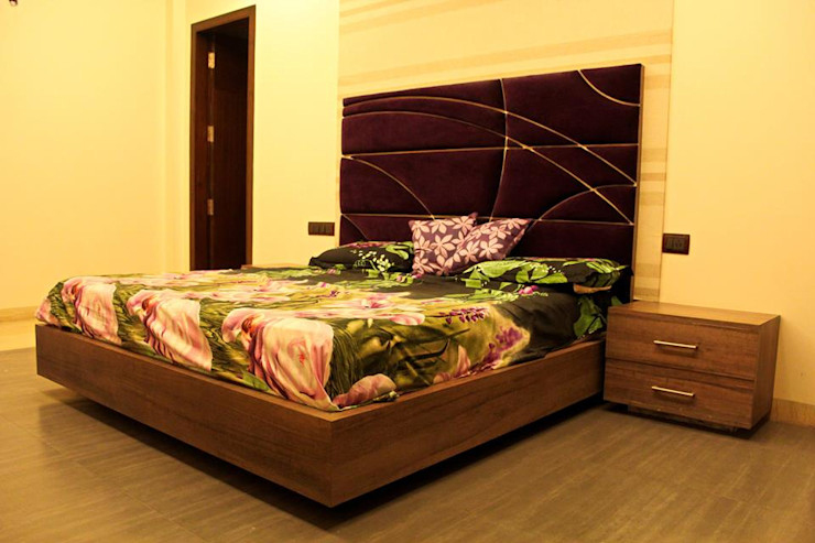 RESIDENCE : AMRITSAR TULI ARCHITECTS AND ENGINEERS Modern Bedroom Engineered Wood Purple/Violet