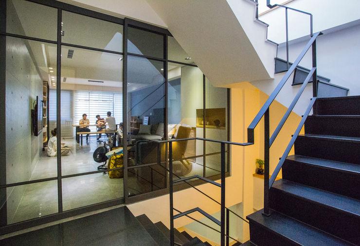 台南 謝宅 直譯空間設計有限公司 現代風玄關、走廊與階梯 Black