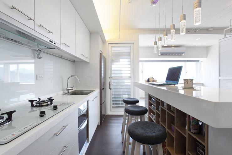 北投 陽明山廈 林宅 直譯空間設計有限公司 現代廚房設計點子、靈感&圖片 White