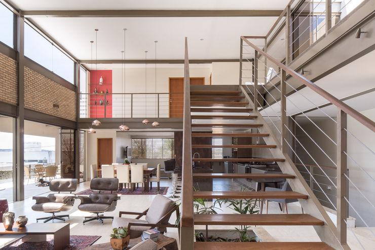 Casa Quintas do Sol - Coga Arquitetura Joana França Corredores, halls e escadas modernos