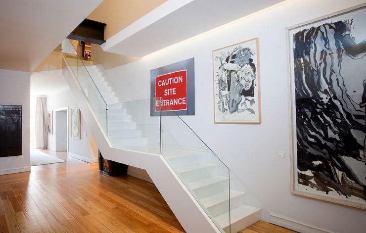 Hall com escada FEMMA Interior Design Corredores, halls e escadas modernos Madeira