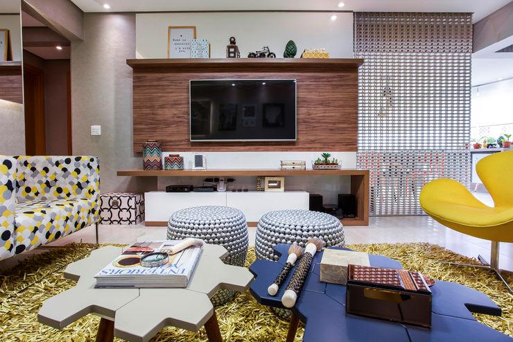 Amanda Pinheiro Design de interiores Modern living room Wood Multicolored