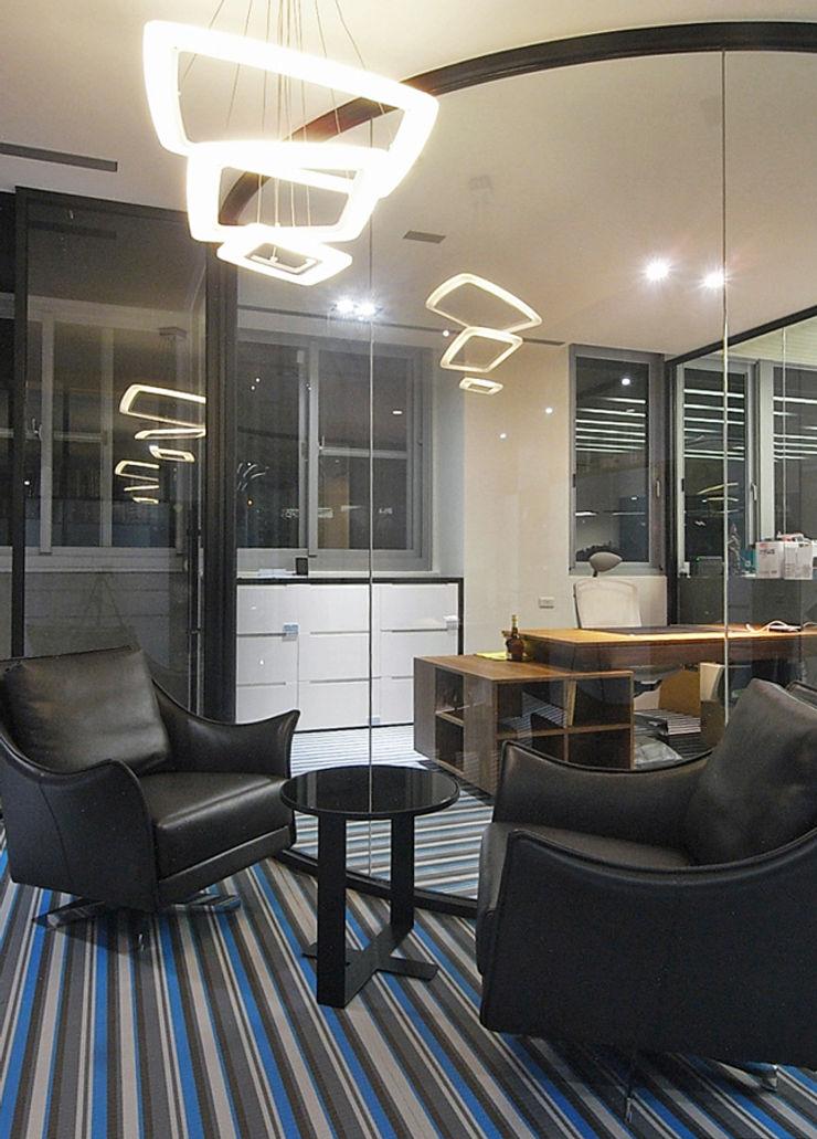 直譯空間設計有限公司 Modern offices & stores White
