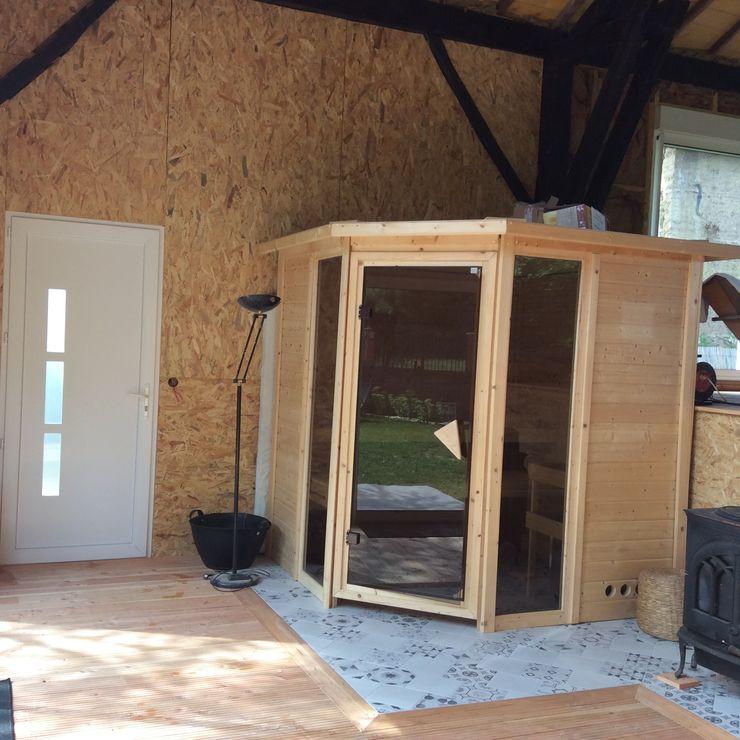 Mise en place du sauna traditionnel et carrelage au sol, pose de parquet bois au niveau inférieur KREA Koncept Spa rural