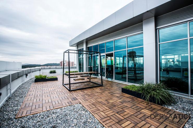 DERYAATICI FOTOĞRAF Office spaces & stores Engineered Wood Grey
