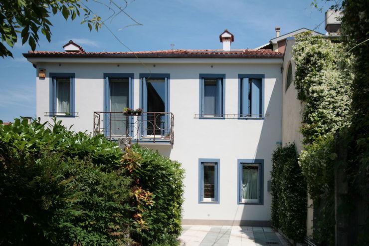 la facciata principale dopo l'intervento Studio Dalla Vecchia Architetti Casa unifamiliare Cemento Turchese