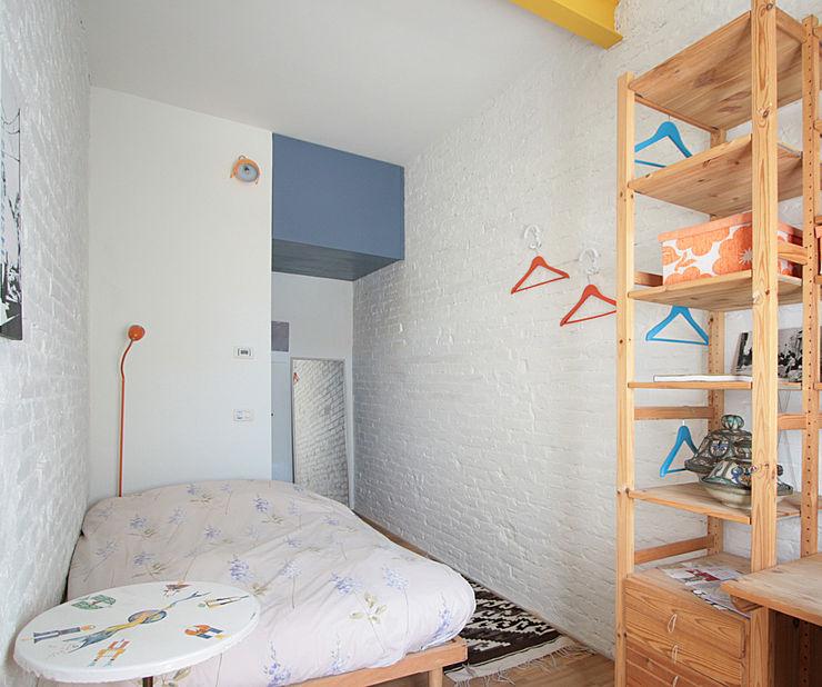 una camera del B&B Studio Dalla Vecchia Architetti Camera da letto piccola Cemento Turchese