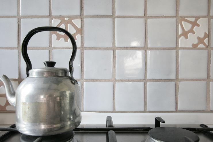 Dettaglio della cucina Studio Dalla Vecchia Architetti Cucina attrezzata Piastrelle Bianco