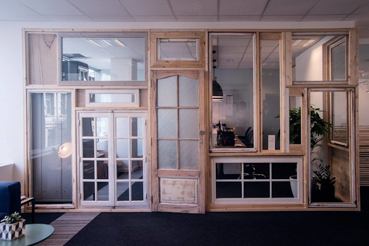 Window's wall COLORS OF REUSING Espaces de bureaux scandinaves Bois Beige