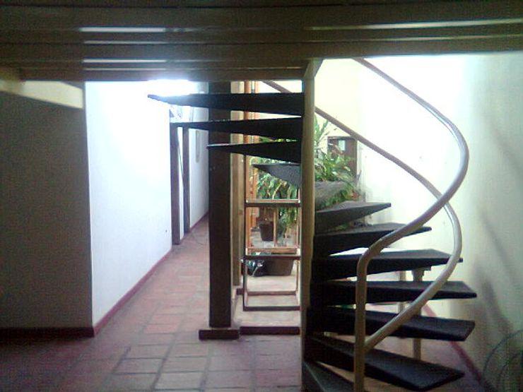ESTUDIO DE ARQUITECTURA C.A 식민지스타일 복도, 현관 & 계단