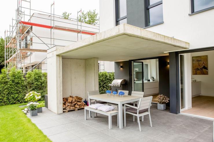 Haus P Ferreira | Verfürth Architekten Moderner Balkon, Veranda & Terrasse