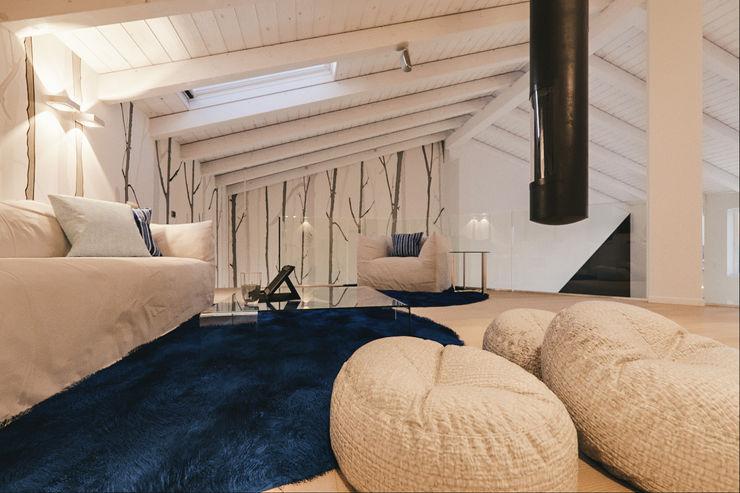 Un attico in stile loft in Milano Annalisa Carli Balcone, Veranda & Terrazza in stile moderno Legno composito Bianco