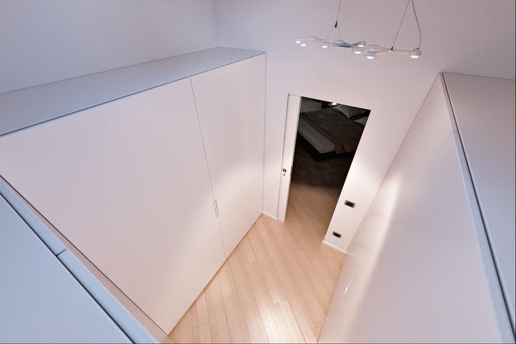 Un attico in stile loft in Milano Annalisa Carli Cantina moderna Legno massello Bianco
