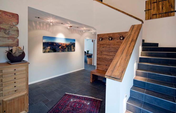 w. raum Architektur + Innenarchitektur Eclectic style corridor, hallway & stairs
