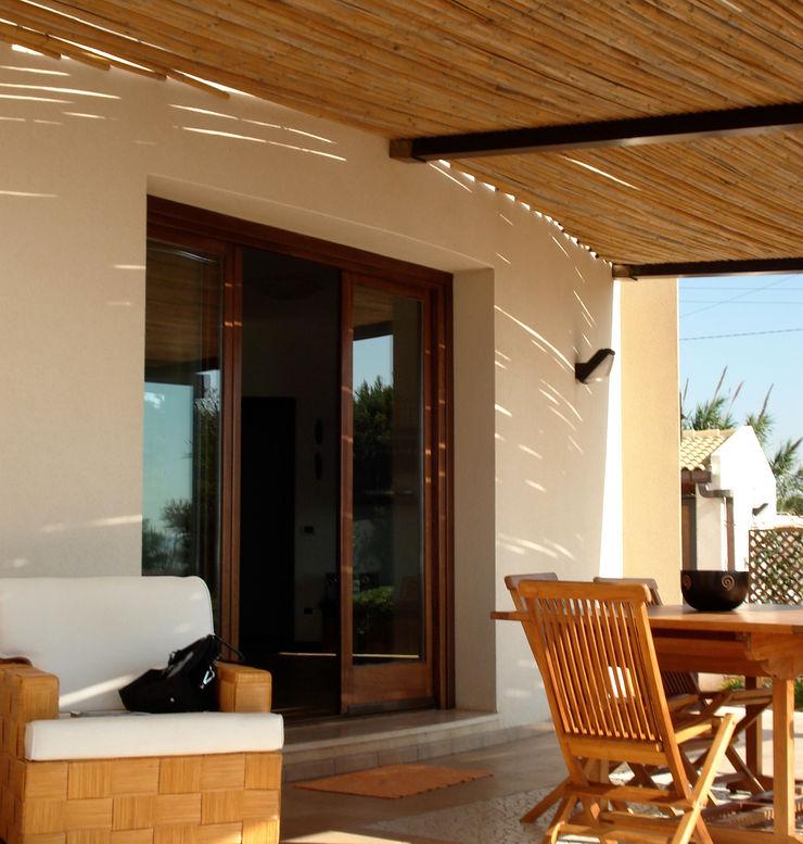 Het terras en de pergola MEF Architect Balkon, veranda & terrasAccessoires & decoratie Bamboe Wit