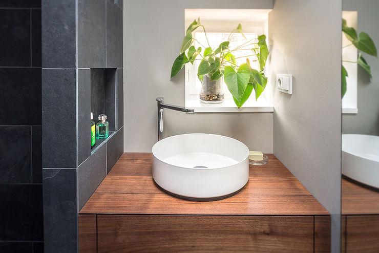 badezimmer waschbecken holzplatte fliesen schwarz grau CONSCIOUS DESIGN - INTERIORS Minimalistische Badezimmer Holz Grau