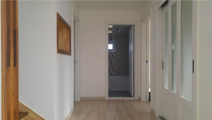 Goodhaus Pasillos, vestíbulos y escaleras de estilo moderno