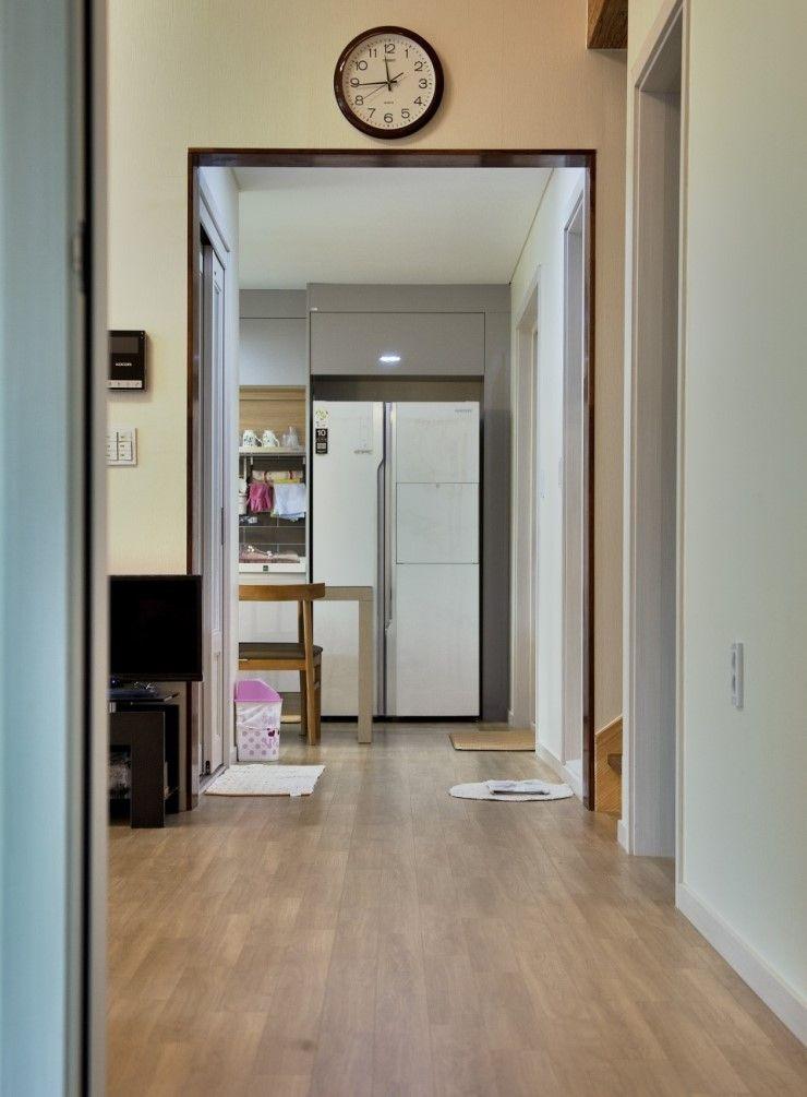 Goodhaus Modern corridor, hallway & stairs