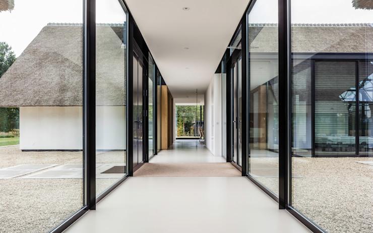 Maas Architecten Modern Corridor, Hallway and Staircase
