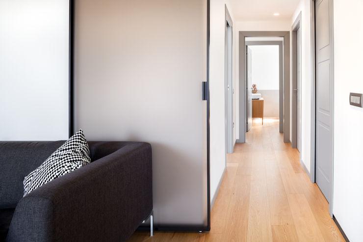 disimpegno M2Bstudio Ingresso, Corridoio & Scale in stile minimalista