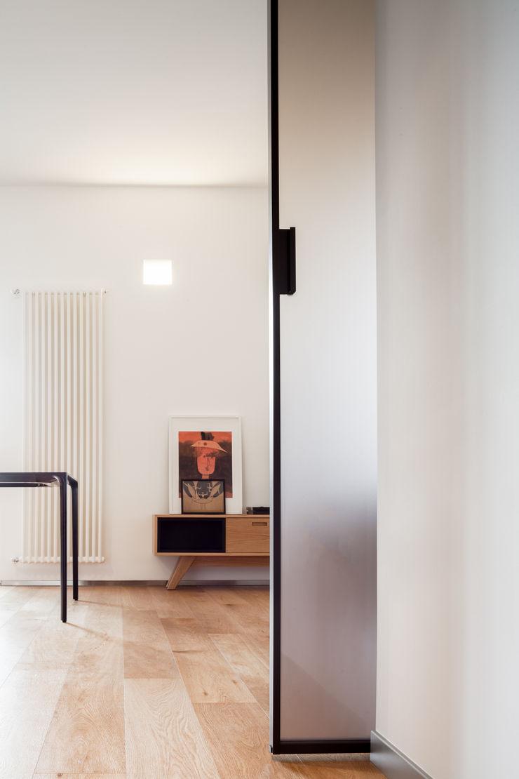 dettaglio porta scorrevole M2Bstudio Ingresso, Corridoio & Scale in stile minimalista