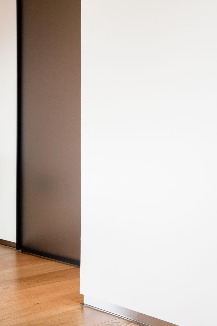 porta scorrevole M2Bstudio Finestre & Porte in stile minimalista