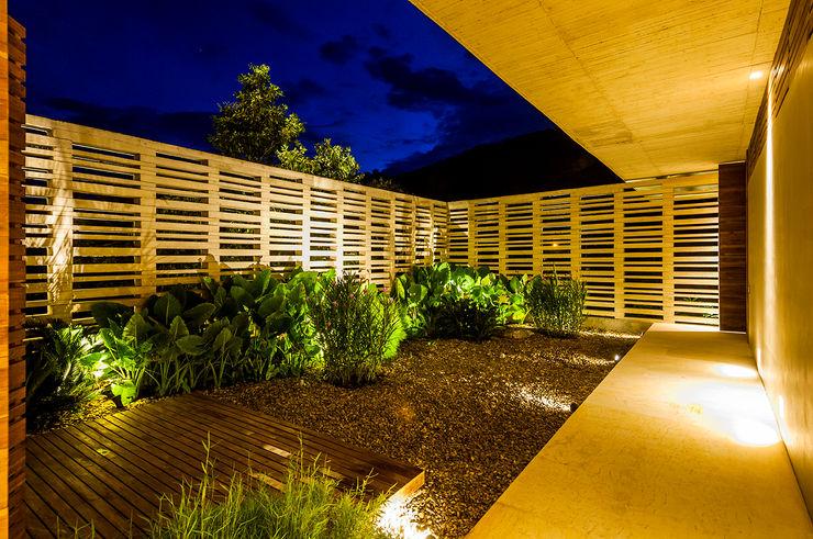 Arquitectura en Estudio Jardins modernos Concreto Amarelo