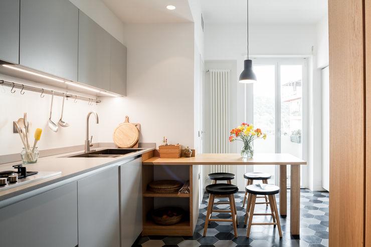M2B Studio · Casa SR Studio Vetroblu_Stefano Ferrando Cucina moderna