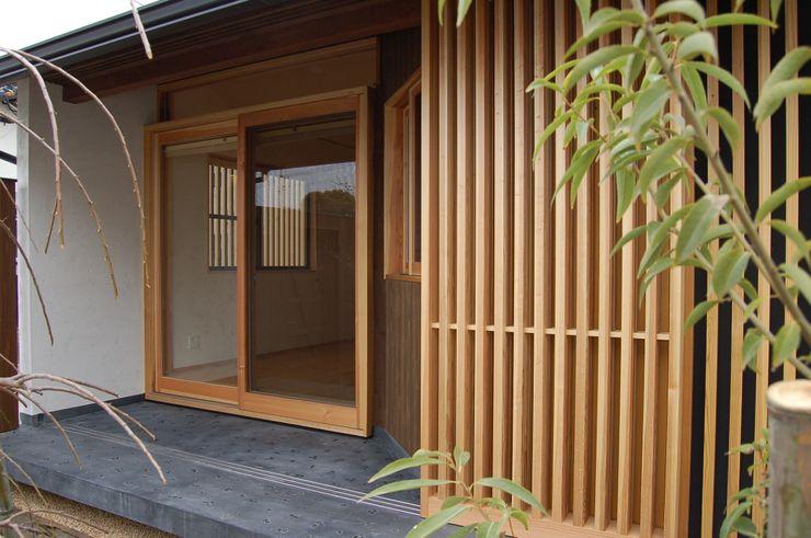 環アソシエイツ・高岸設計室 Minimal style window and door Wood