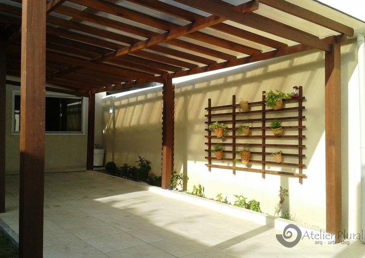 Garagem Atelier Plural Rustic style garage/shed