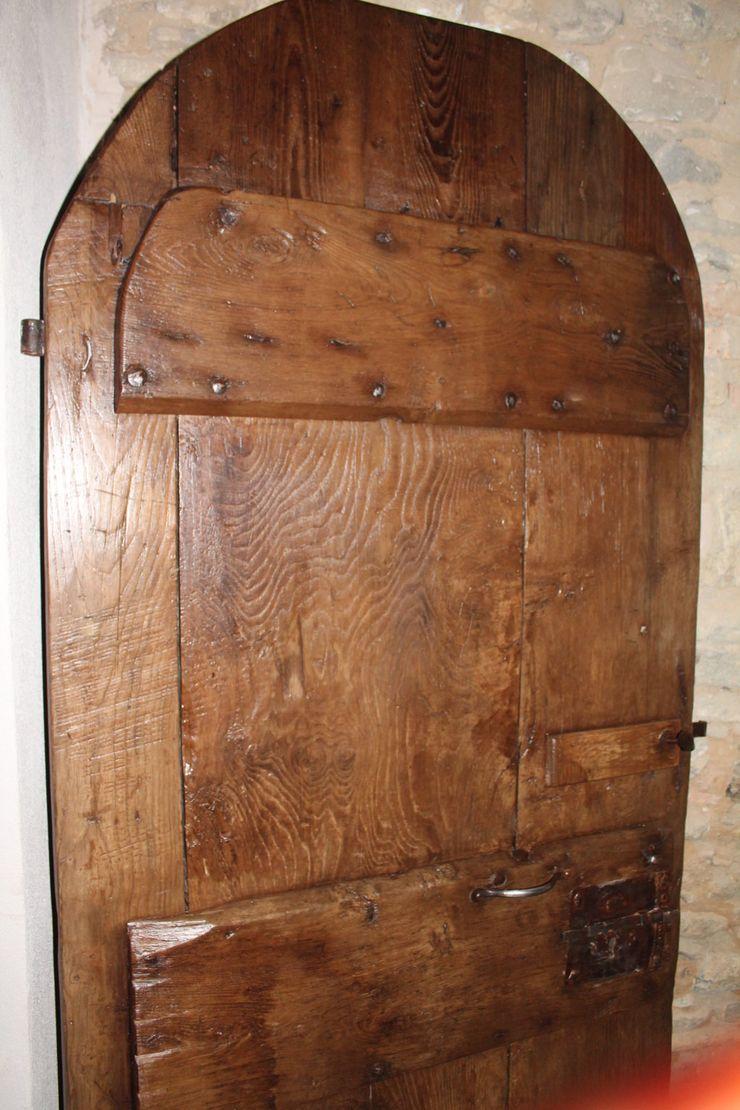 Antica porta Portantica; porte e portoni vecchi Paesaggio d'interni Legno massello Effetto legno