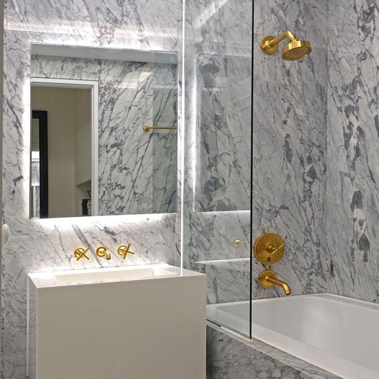 mobcreative Phòng tắm phong cách hiện đại Đá hoa White