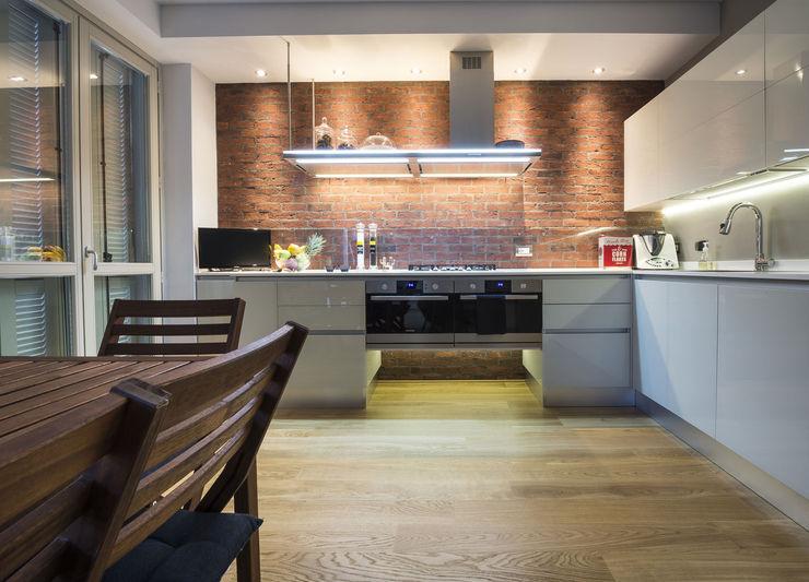 Una cucina in stili industriale con i mattoni faccia a vista Genesis B&B Rivestimenti Naturali Cucina in stile industriale Laterizio Rosso