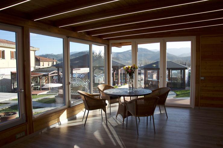 Veranda completa con arredi in Hularo e piano in Mosaico di Ardesia Svitavvita Snc Giardino d'inverno moderno