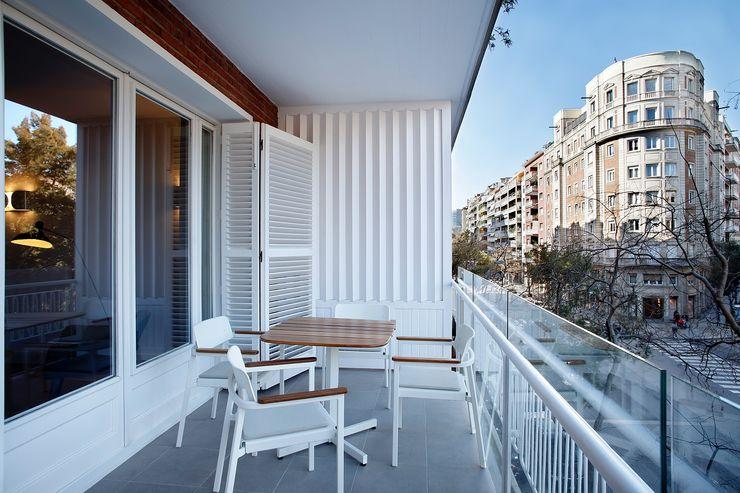 02_BASSO Arquitectos Balcone, Veranda & Terrazza in stile moderno