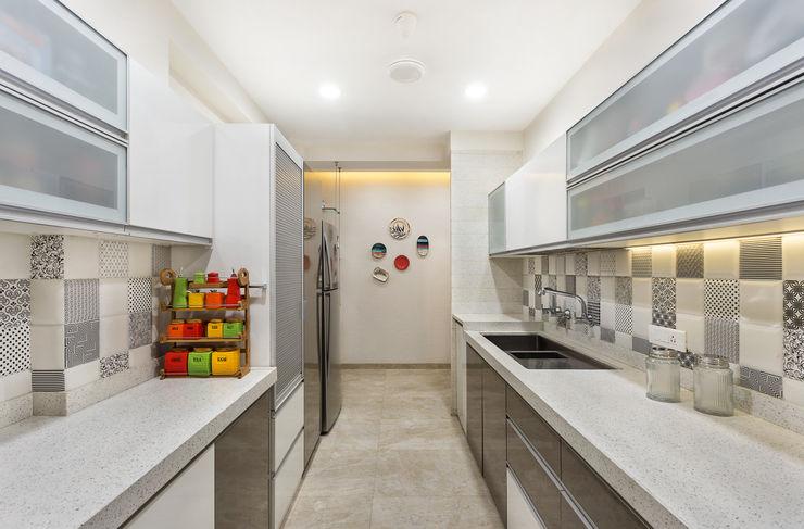 Kitchen The design house Modern kitchen Tiles White
