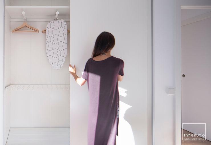 slvr estudio Mediterranean style bedroom