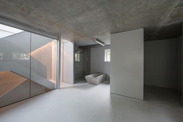 designyougo - architects and designers ミニマルスタイルの お風呂・バスルーム コンクリート 灰色