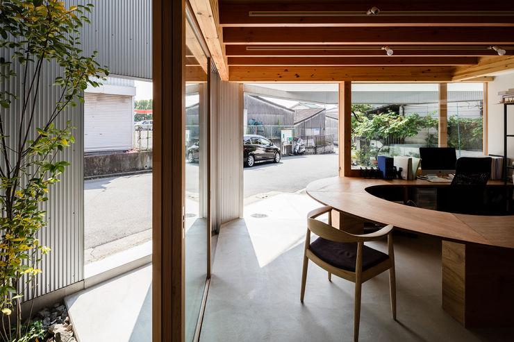 外部と一体化 建築設計事務所SAI工房 玄関&廊下&階段椅子&ソファ
