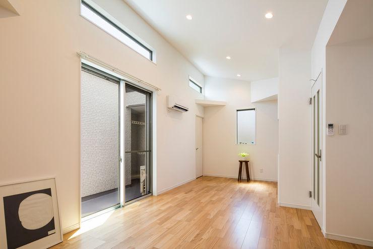 リビング|東京都足立区|収納の家 homify モダンデザインの リビング 白色