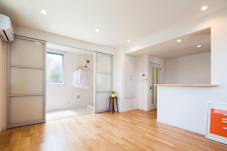 リビング インナーバルコニー|東京都足立区|収納の家 homify モダンデザインの リビング 白色